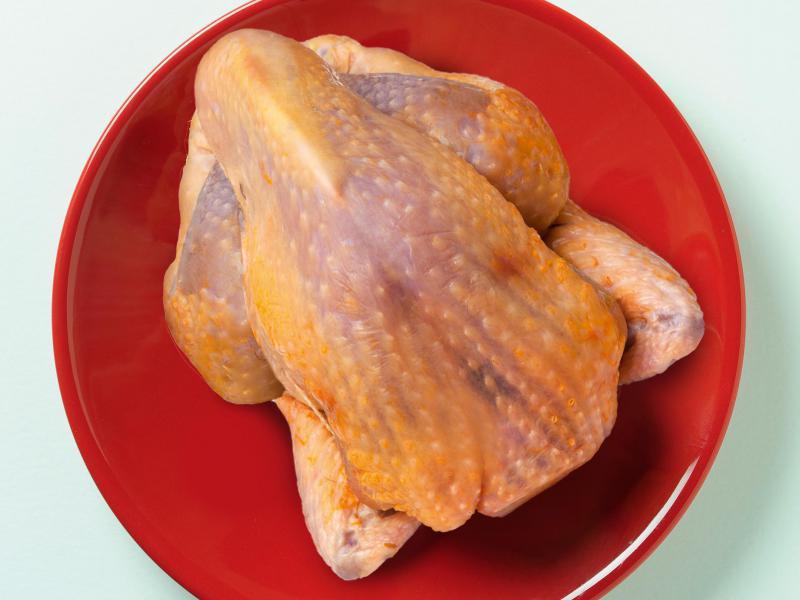 Pintade - Comme la caille cette volaille a un goût légèrement sauvage, vous pouvez préparer les mêmes recettes/préparations que celles pour le Faisan.