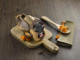 """Hoeveparelhoen Landes - Deze hoeveparelhoen lopen vrij rond in de bossen van Gascogne, het """"LABEL ROUGE""""-certificaat waarborgt de kwaliteit van de kippen maar ook het respect voor het milieu en dierenwelzijn."""