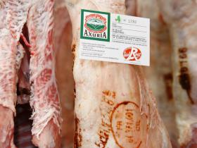 """Rug (hele of halve carré) - Melklam uit de Pyreneeën """"AXURIA"""" biedt u het beste van de seizoensprodukten. Beschikbaar vanaf november tot juli"""