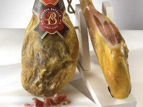 Duroc (Batallé) ham - Sinds vele jaren een topper bij ons. Het 100% Duroc varken van Batallé kan je herkennen aan de lange donkere haren en zwarte hoeven.